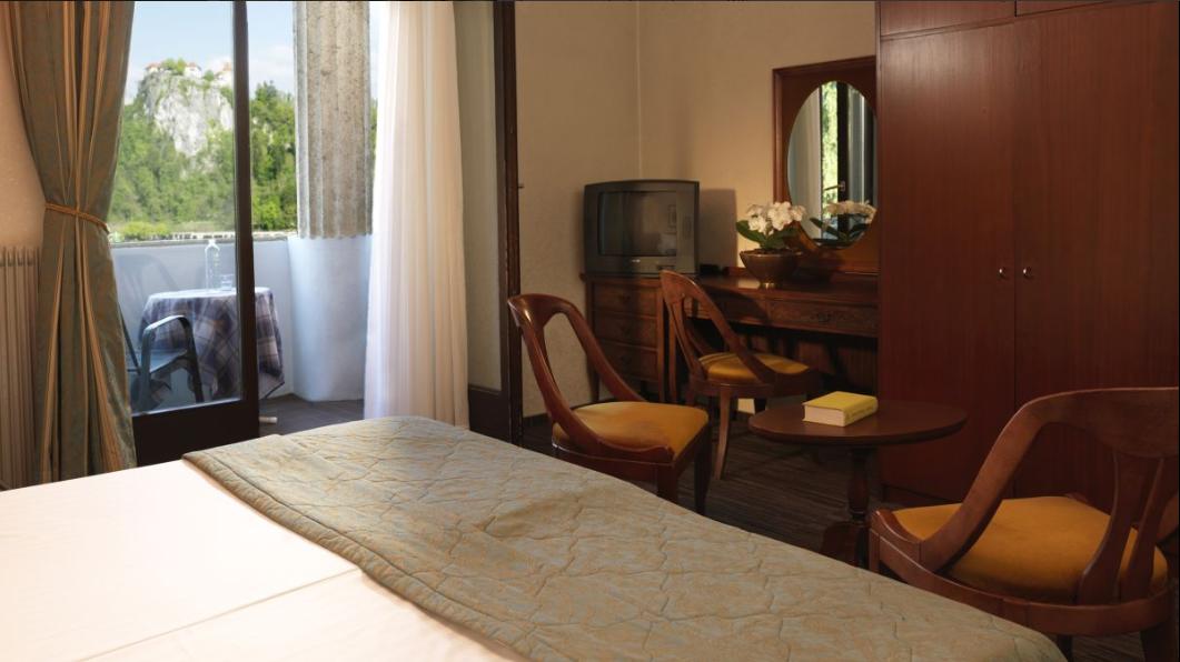 hotel-jadran-bled-dvokrevetna-soba-sa-pogledom-na-jezero-2