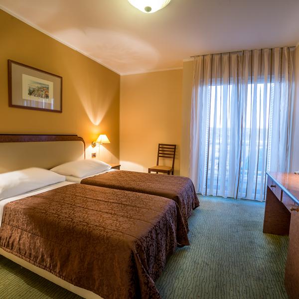 HOTEL-MARINA_Fotke-SQUARE_Soba_Dvoposteljna-soba-s-pogledom-na-MORJE